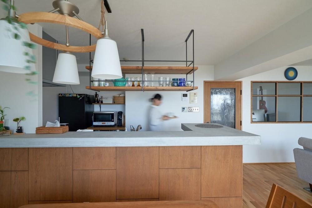 眺望を楽しみながら暮らすマンションリノベーション (開放的なキッチン)