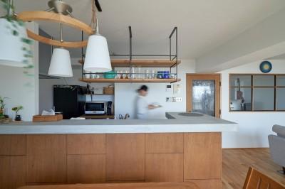 開放的なキッチン (眺望を楽しみながら暮らすマンションリノベーション)