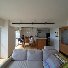 眺望を楽しみながら暮らすマンションリノベーション (リビングダイニング)