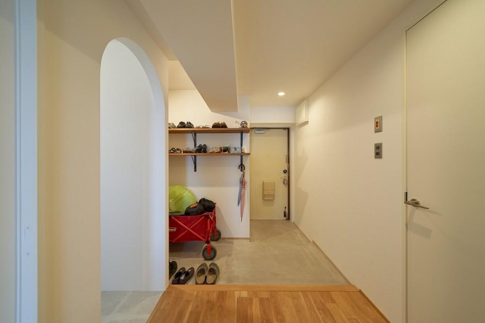 眺望を楽しみながら暮らすマンションリノベーション (広々とした玄関と土間収納庫)