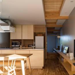 リビングダイニングキッチン (zubeneschamali/陽が当たらない与条件で、金太郎飴のような断面形状を考えてみる。)