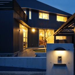 あちこちでお茶できる家 -土間のある玄関- (夕景)