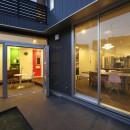 あちこちでお茶できる家 -土間のある玄関-の写真 玄関土間 夕景
