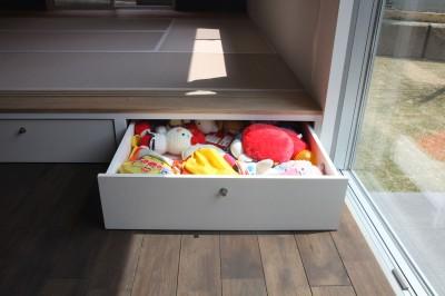 和室の段差を利用した収納 (あちこちでお茶できる家 -土間のある玄関-)