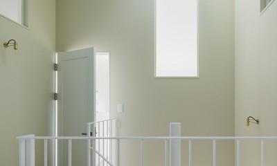 間窓の家 - ギャラリーのある暮らし (多方向から光の漏れる階段ホール)