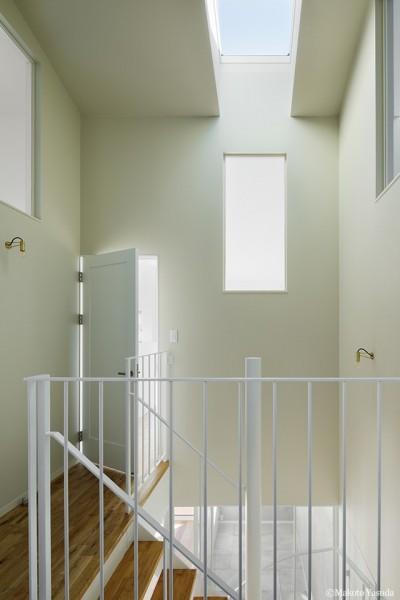 多方向から光の漏れる階段ホール (間窓の家 - ギャラリーのある暮らし)