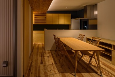 リビングダイニングキッチン (zubenelgenubi/囲われた2つの庭を立体的に多角的に眺められるかたちを考えてみる。)