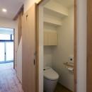 住之江の元長屋 | ビフォーアフター放映 | 築74年の元長屋に光と風をの写真 廊下とトイレ