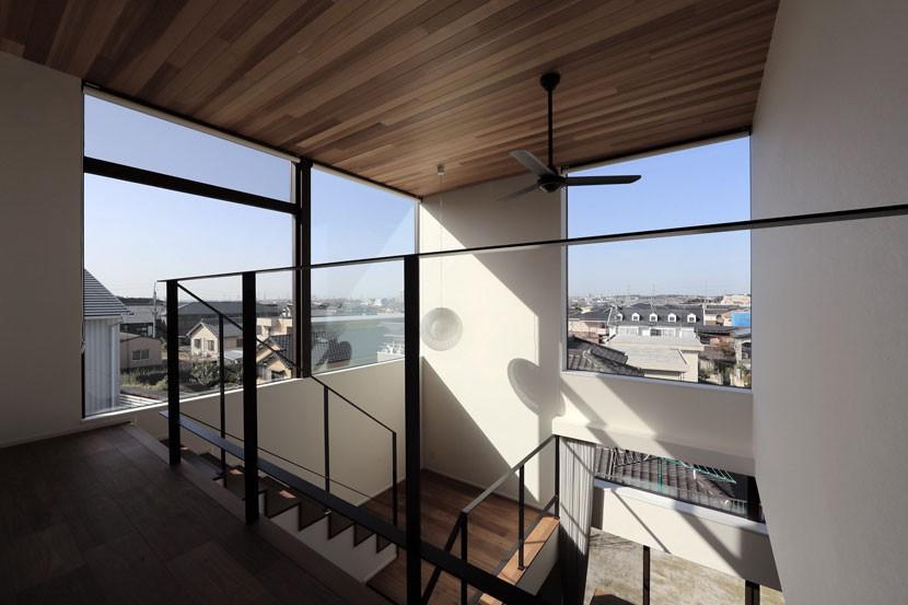 街を一望する家 (2階廊下から眺める景色)