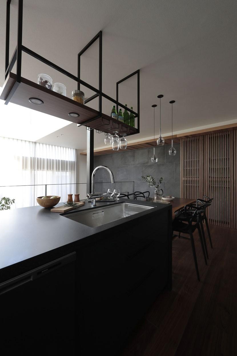 街を一望する家 (キッチン)
