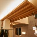 吹き抜けが気持ちいいお家の写真 間接照明・レッドシダー