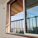 吹き抜けが気持ちいいお家の写真 窓・デザイン鉄格子