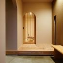 ナチュラルで柔らかい空気感の写真 木製格子建具・玄関ホール
