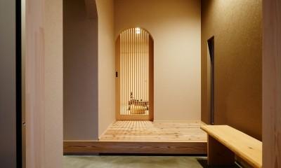 ナチュラルで柔らかい空気感 (木製格子建具・玄関ホール)