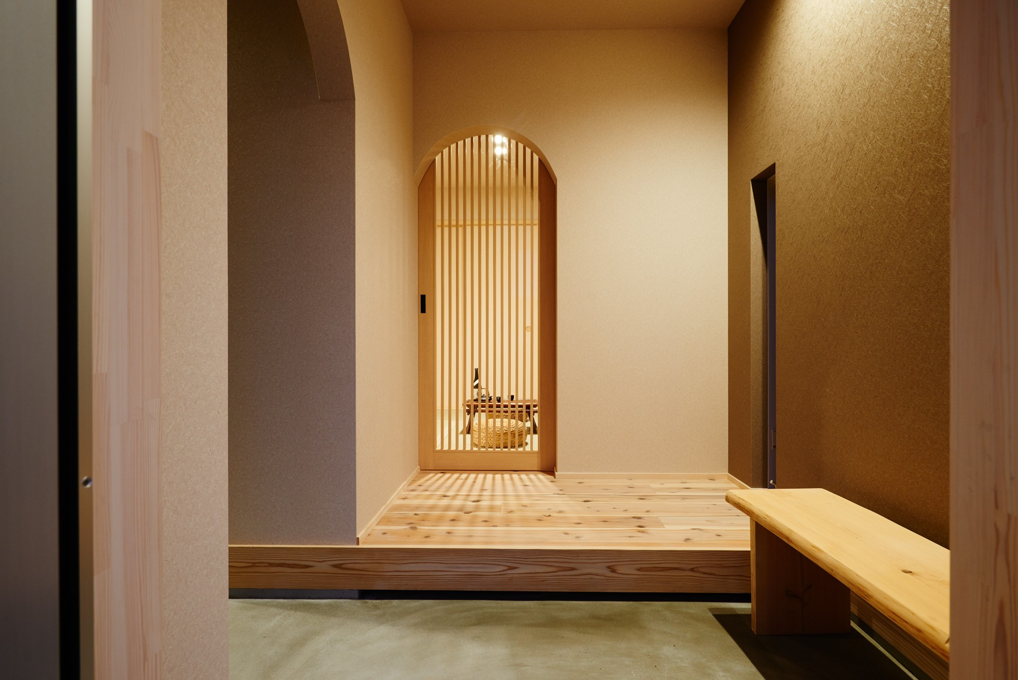 玄関事例:木製格子建具・玄関ホール(ナチュラルで柔らかい空気感)
