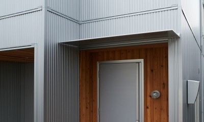 ナチュラルで柔らかい空気感 (玄関ポーチ・レッドシダー・ガルバリウム)
