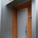 ナチュラルで柔らかい空気感の写真 玄関ポーチ・レッドシダー・ガルバリウム