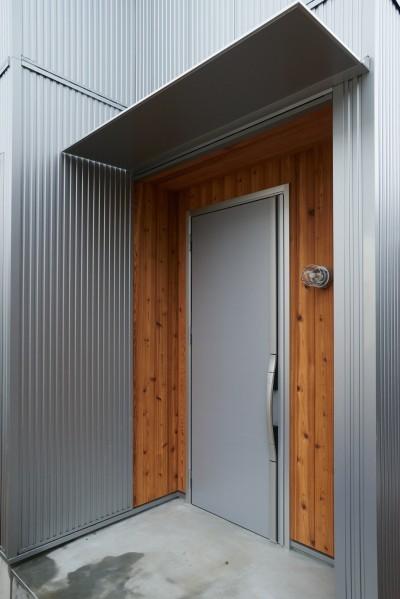 玄関ポーチ・レッドシダー・ガルバリウム (ナチュラルで柔らかい空気感)