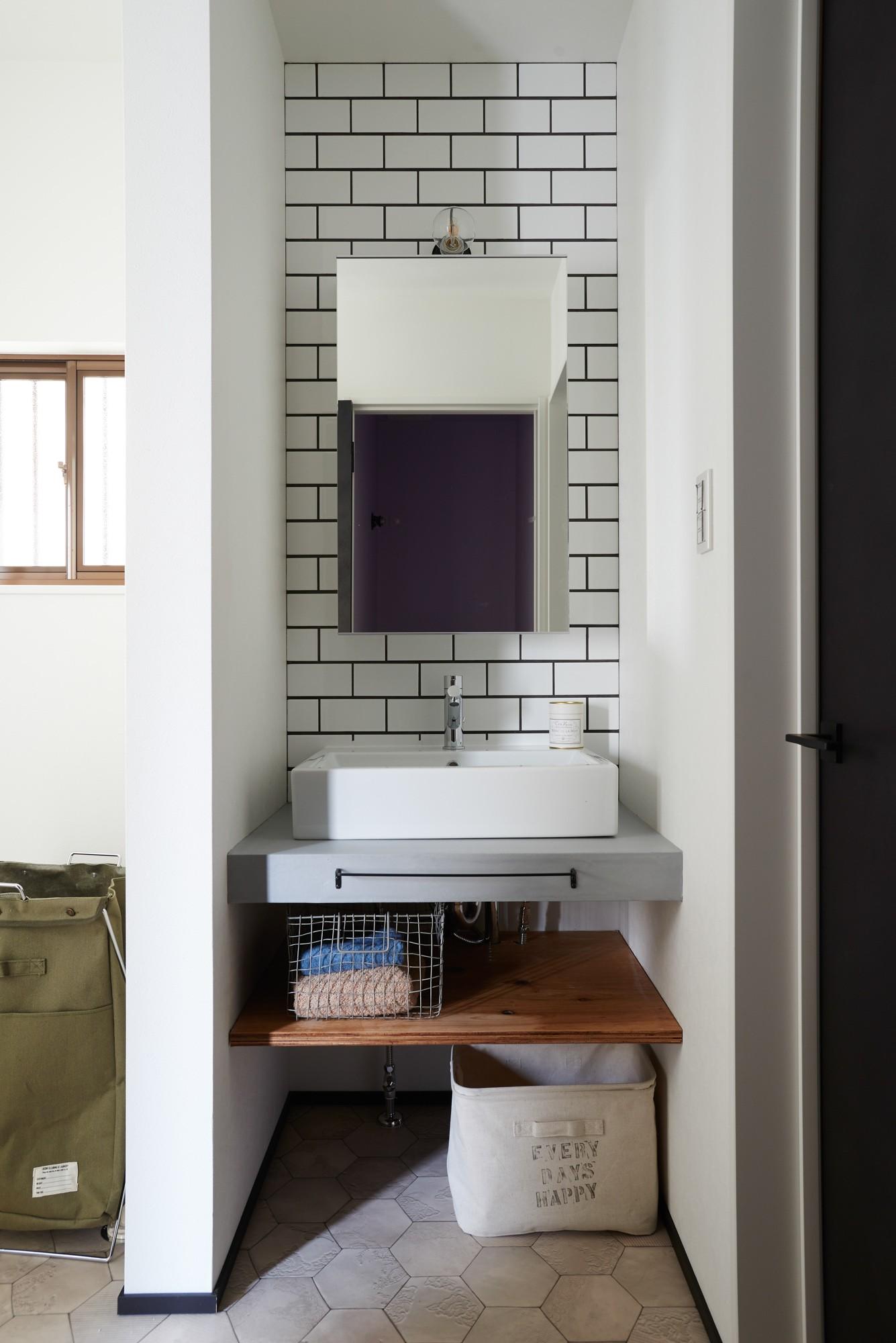 バス/トイレ事例:洗面所・サブウェイタイル(サブウェイタイルとモルタル風キッチンの男前スタイル)