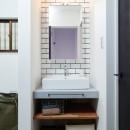 サブウェイタイルとモルタル風キッチンの男前スタイルの写真 洗面所・サブウェイタイル