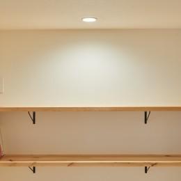 サブウェイタイルとモルタル風キッチンの男前スタイル (オープン棚)