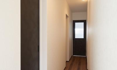 サブウェイタイルとモルタル風キッチンの男前スタイル (廊下)