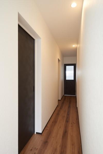 廊下 (サブウェイタイルとモルタル風キッチンの男前スタイル)