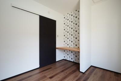 洋室 (サブウェイタイルとモルタル風キッチンの男前スタイル)