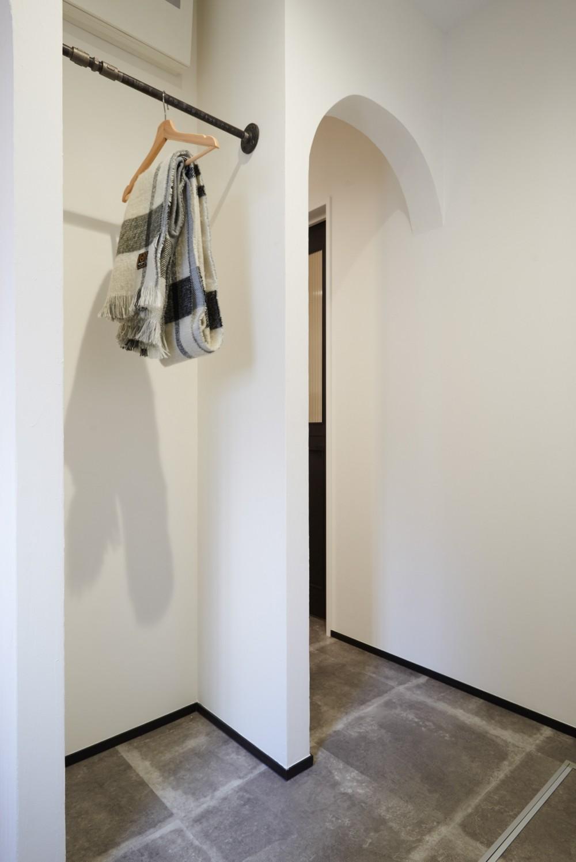 サブウェイタイルとモルタル風キッチンの男前スタイル (玄関ホール・収納スペース)