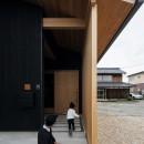 風景を取り込む寺庄の家の写真 格子のある玄関