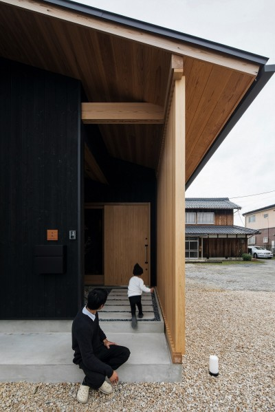 格子のある玄関 (風景を取り込む寺庄の家)