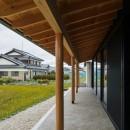 風景を取り込む寺庄の家の写真 軒先のある家