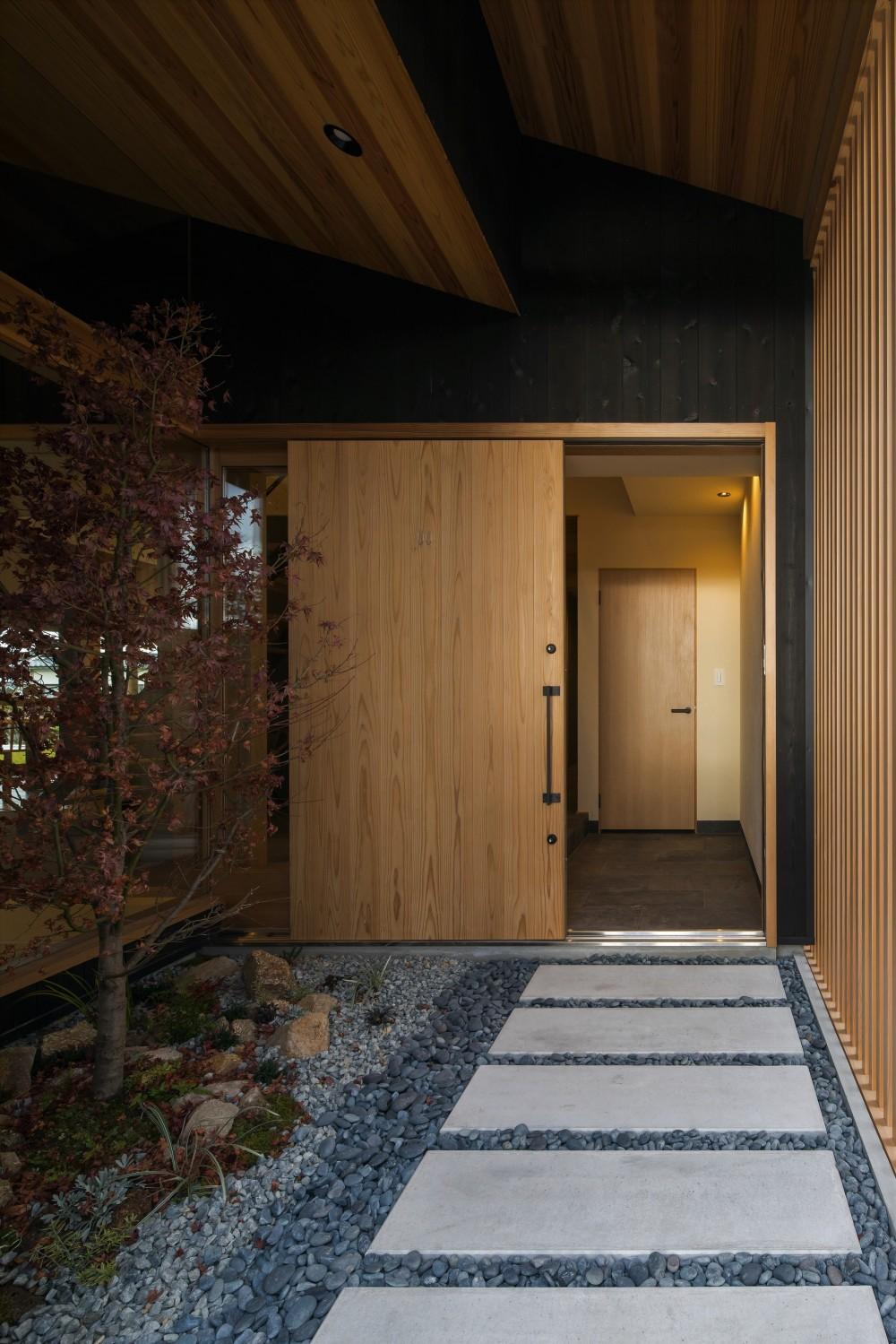 風景を取り込む寺庄の家 (玄関アプローチ)