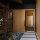 風景を取り込む寺庄の家の写真 玄関アプローチ