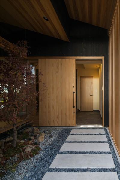 玄関アプローチ (風景を取り込む寺庄の家)