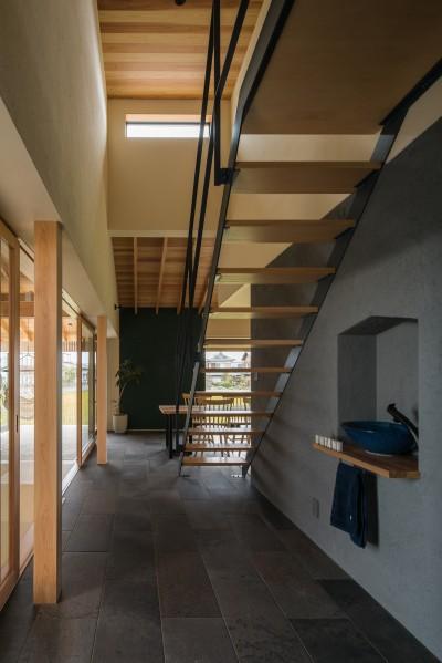 ストリップ階段のあるエントランス (風景を取り込む寺庄の家)