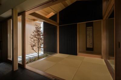 開放感のある和室 (風景を取り込む寺庄の家)