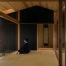 風景を取り込む寺庄の家の写真 坪庭を楽しむ和室