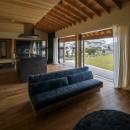 風景を取り込む寺庄の家の写真 開放感のあるリビング 借景