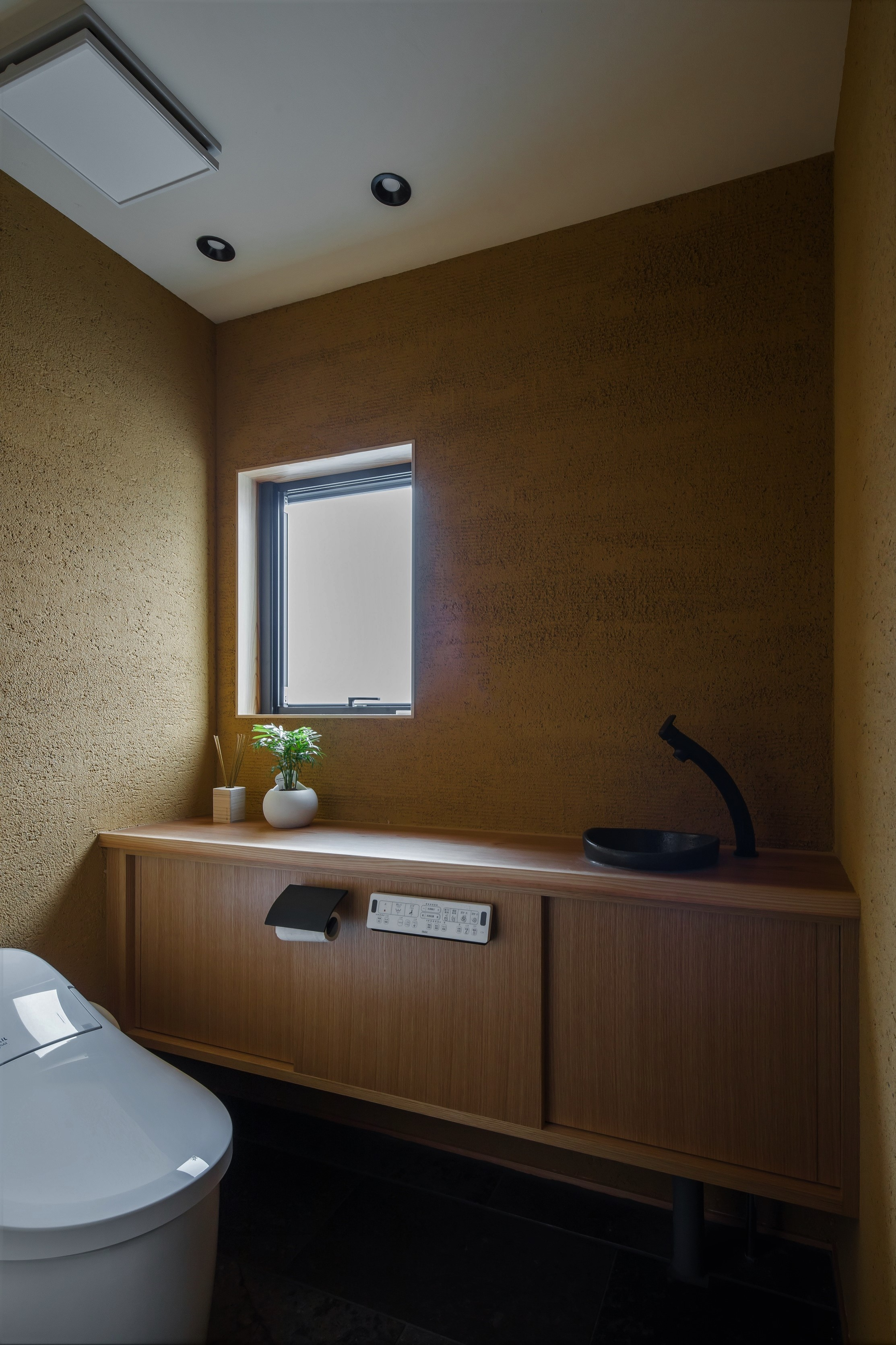 バス/トイレ事例:左官で仕上げたトイレ(風景を取り込む寺庄の家)