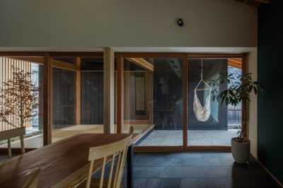 プライベートな中庭 (風景を取り込む寺庄の家)