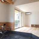 自転車と共に過ごせる土間リビングのある家 飯能市・S邸の写真 自転車が置かれている土間からリビング方向を見る