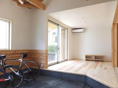 自転車が置かれている土間からリビング方向を見る (自転車と共に過ごせる土間リビングのある家 飯能市・S邸)