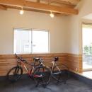 自転車と共に過ごせる土間リビングのある家 飯能市・S邸の写真 リビングとつながる土間スペース