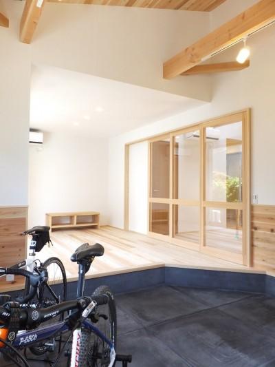 自転車が置かれている土間からリビング方向を見る-3 (自転車と共に過ごせる土間リビングのある家 飯能市・S邸)