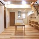 自転車と共に過ごせる土間リビングのある家 飯能市・S邸の写真 リビングからダイニング方向を見る。勾配天井でつながる2階はオープンな寝室