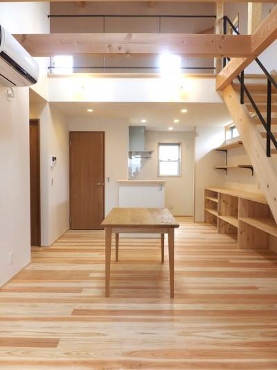 リビングからダイニング方向を見る。勾配天井でつながる2階はオープンな寝室 (自転車と共に過ごせる土間リビングのある家 飯能市・S邸)