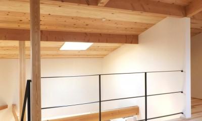 吹抜けを通じダイニングキッチンとつながるオープンな寝室|自転車と共に過ごせる土間リビングのある家 飯能市・S邸