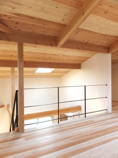 吹抜けを通じダイニングキッチンとつながるオープンな寝室 (自転車と共に過ごせる土間リビングのある家 飯能市・S邸)