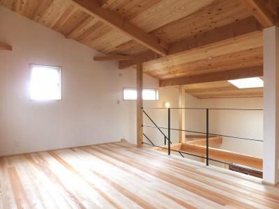 吹抜けでダイニングキッチンとつながるオープンな寝室-2 (自転車と共に過ごせる土間リビングのある家 飯能市・S邸)